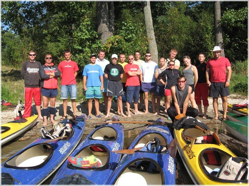 Grupowe zdjęcie uczestników kursu na instruktora kajakarstwa.