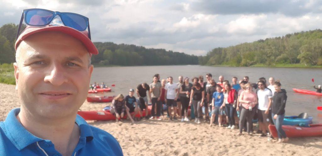 Grupowe zdjęcie po spływie Bugiem na plaży w Serpelicach.
