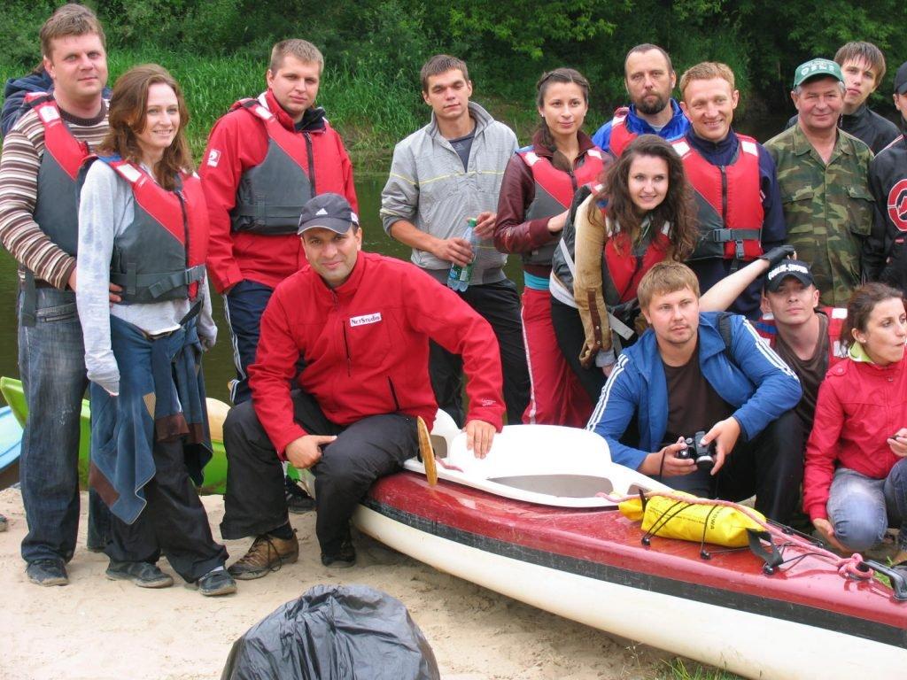 Rzeka Leśna - grupowe zdjęcie ze spływu kajakowego.