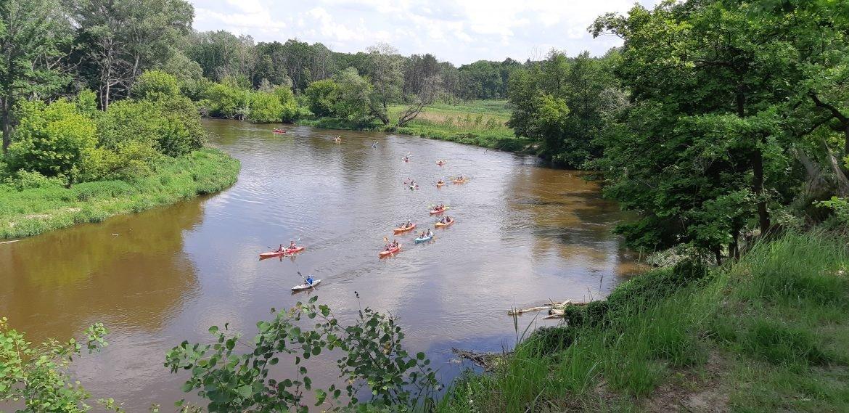 Widok na kajakarzy ze skarpy w Neplach, Rzeka Bug.