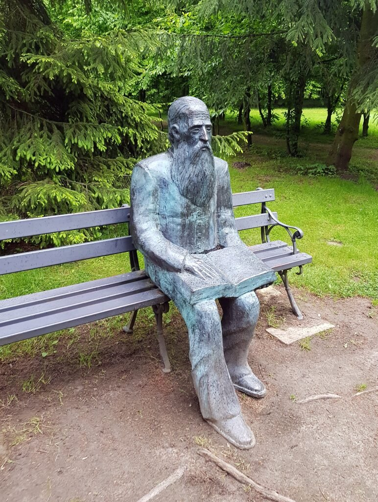 Kraszewski na ławaczce w parku w Romanowie,