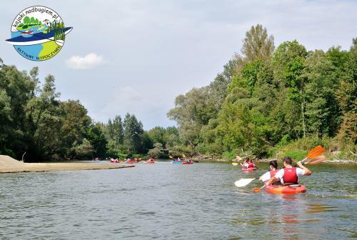 Młodzieżowy spływ kajakowy, integracyjny spływ młodzieżowy, młodzież OHP w kajaku, spływ Bugiem, kajakowa przygoda, kajaki na Bugu, spływ graniczny Bugiem, spływ kajakowy po Bugu